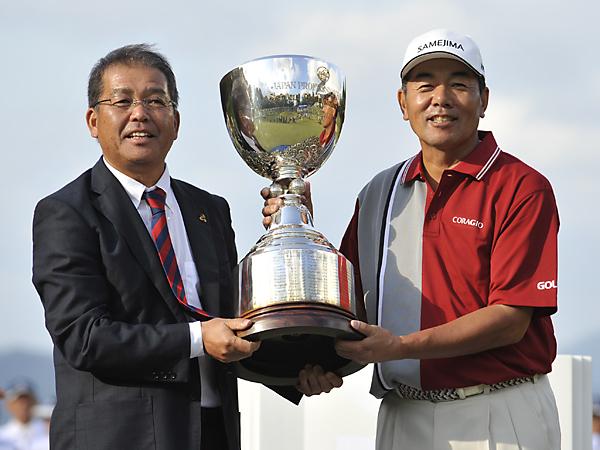 室田(右)はPGA森会長より優勝トロフィーを受け取った