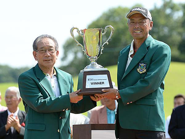 村石久二大会会長(左)から池内に優勝杯が手渡された